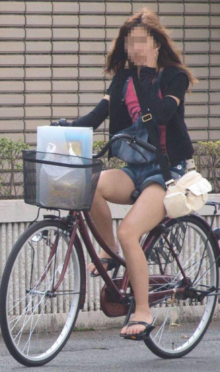 自転車 パンチラ デニム ミニ スカート エロ画像 43
