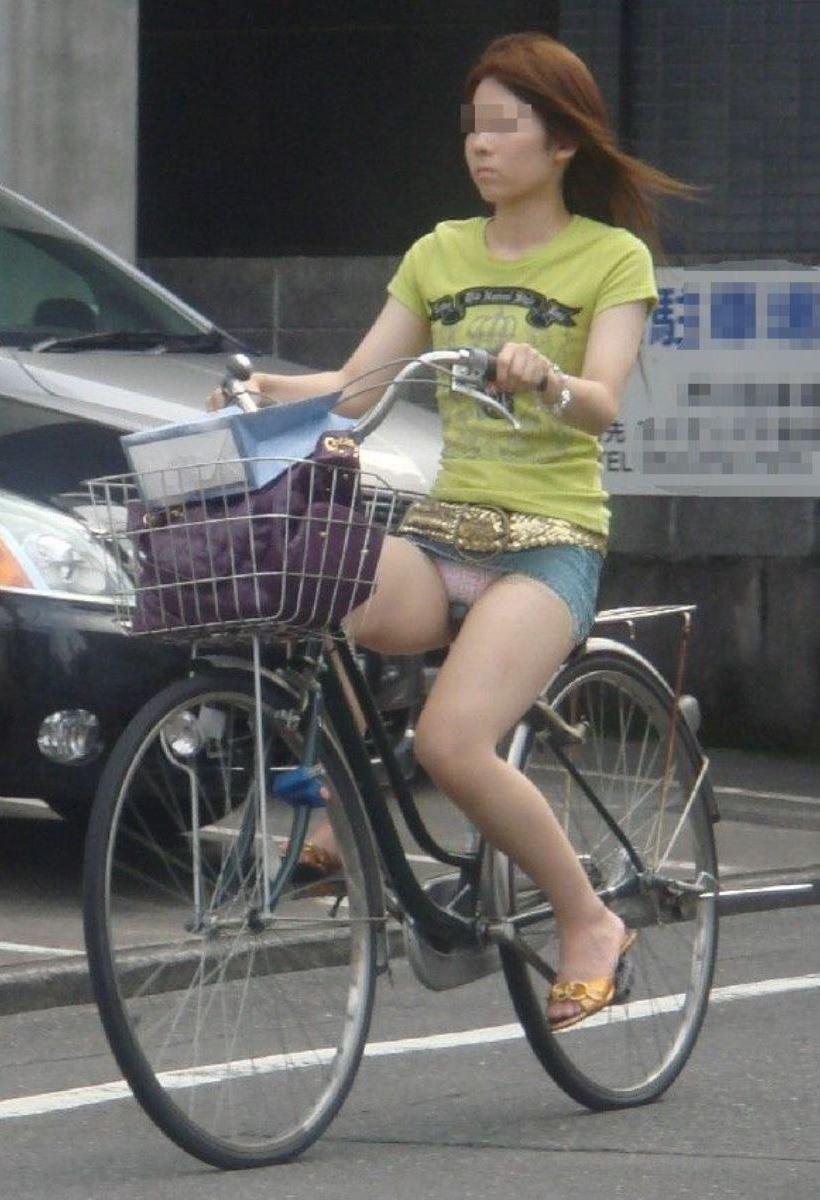 自転車 パンチラ デニム ミニ スカート エロ画像 44