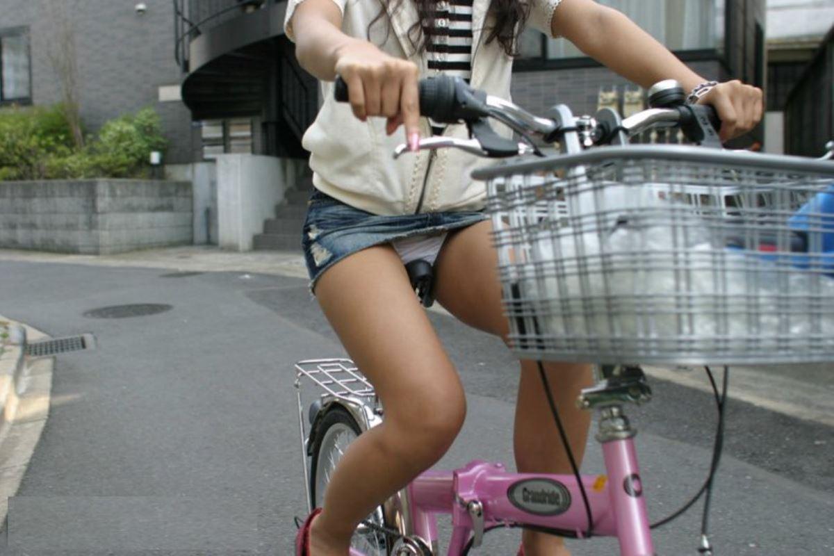 自転車 パンチラ デニム ミニ スカート エロ画像 46