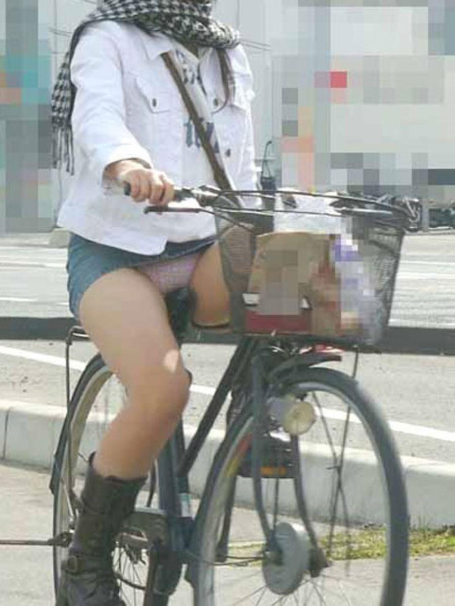 自転車 パンチラ デニム ミニ スカート エロ画像 49