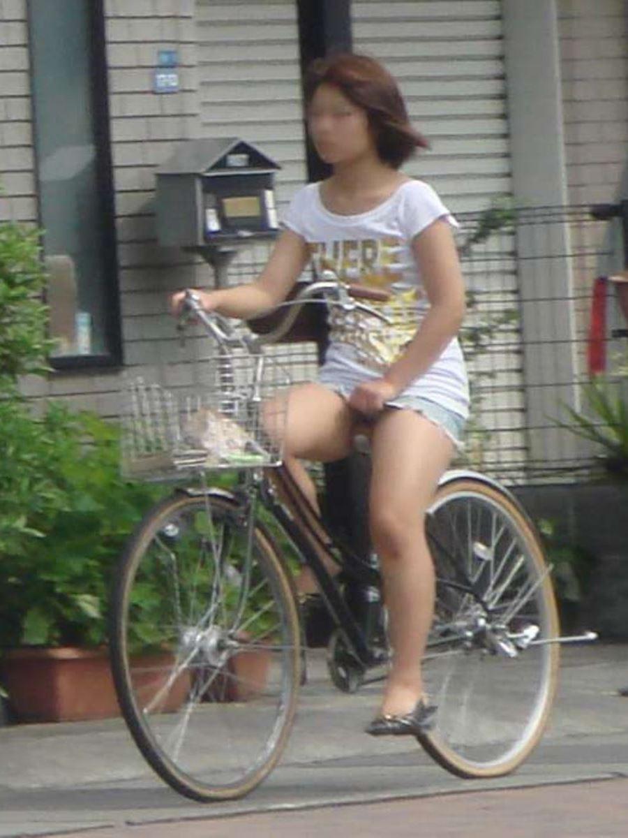 自転車 パンチラ デニム ミニ スカート エロ画像 50
