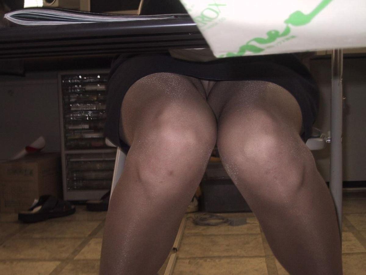 机の下 OL 足元 盗撮 美脚 パンチラ エロ画像 7