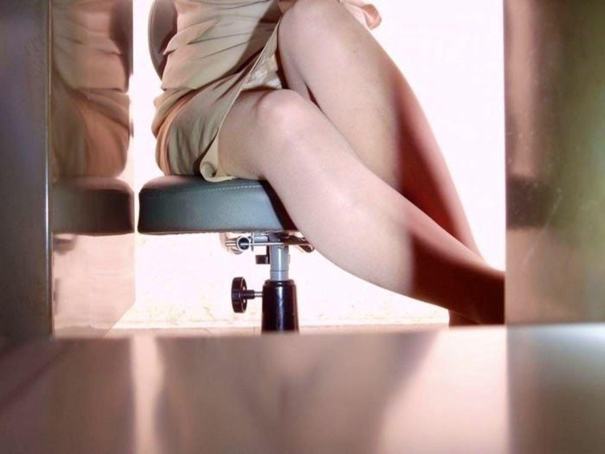 机の下 OL 足元 盗撮 美脚 パンチラ エロ画像 24