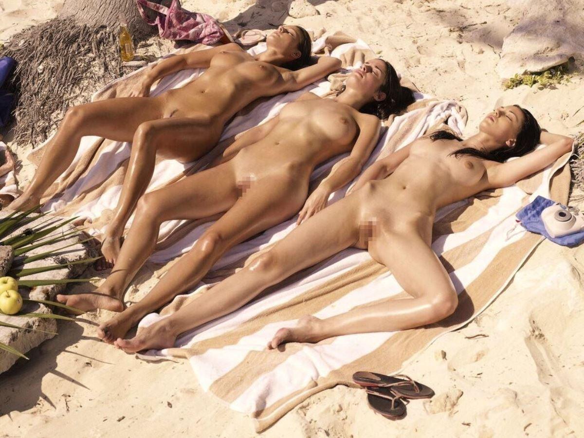 外国人美女が全裸で過ごすヌーディストビーチ画像