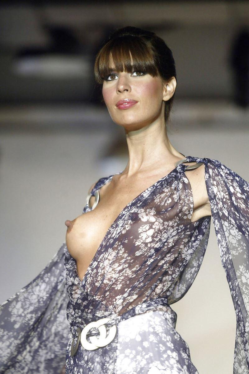 ファッションショーで透け乳首やモロ乳首してる女性モデル画像