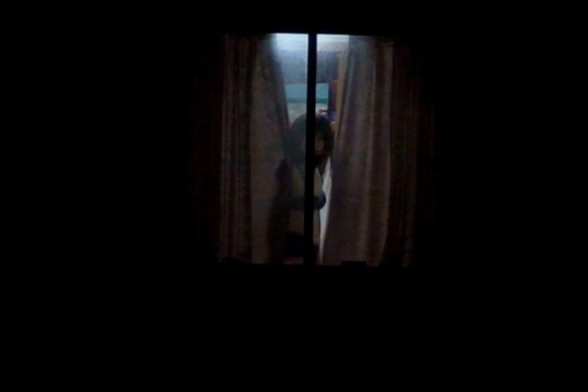 カーテンの隙間から民家を覗いた盗撮画像 26