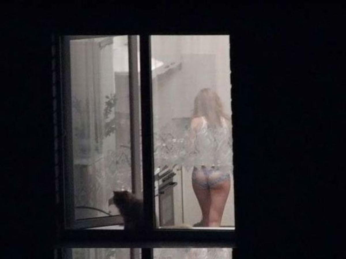 カーテンの隙間から民家を覗いた盗撮画像 37