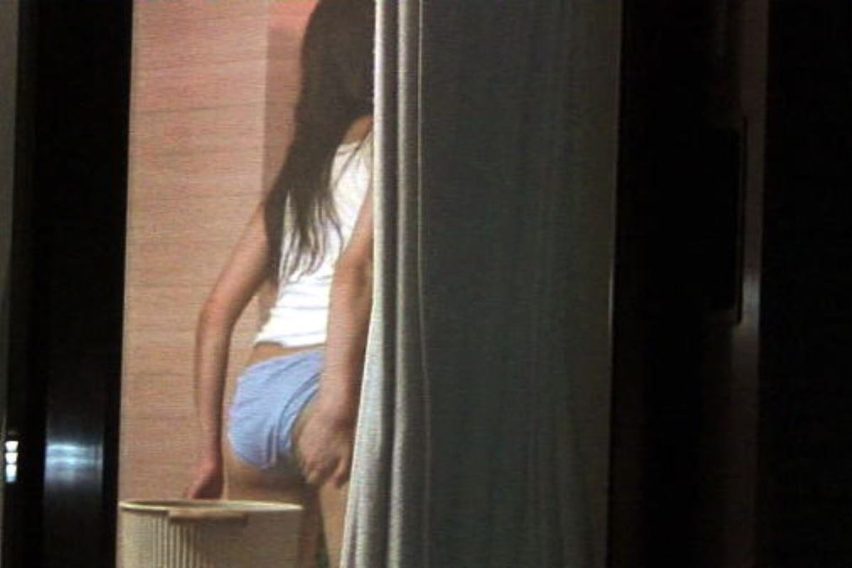 カーテンの隙間から民家を覗いた盗撮画像 40