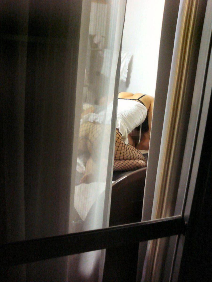カーテンの隙間から民家を覗いた盗撮画像 50