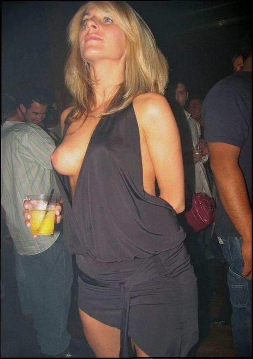 乳首までチラリさせてるノーブラ外国人の胸チラ画像 44