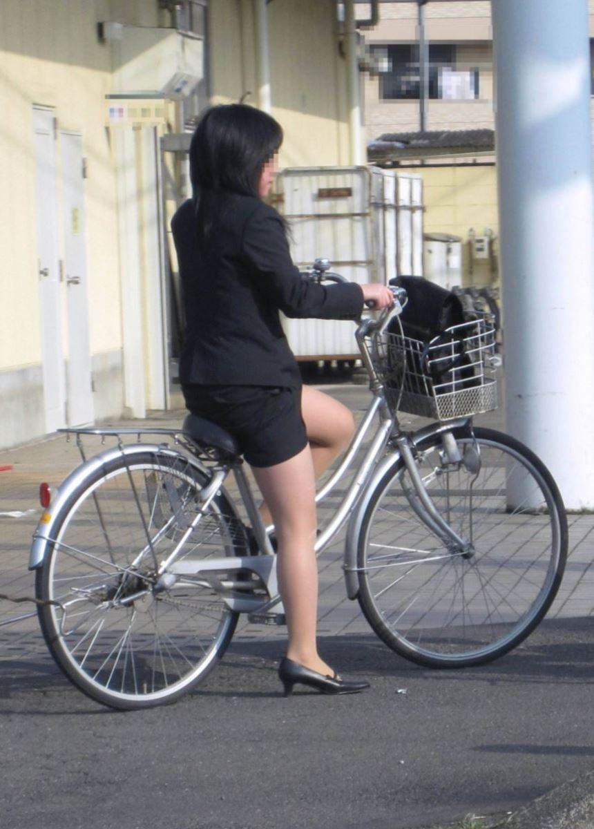 タイトスカートで自転車に乗るOL街撮りエロ画像 3