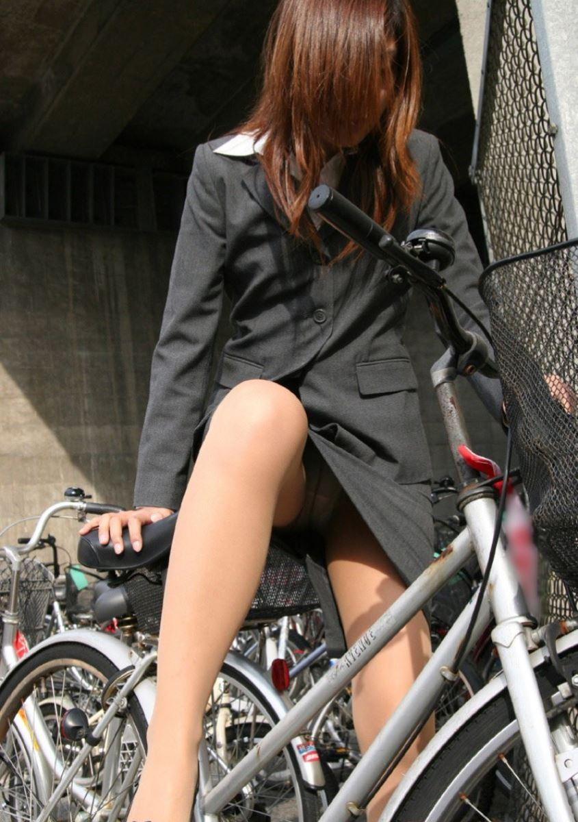 タイトスカートで自転車に乗るOL街撮りエロ画像 4