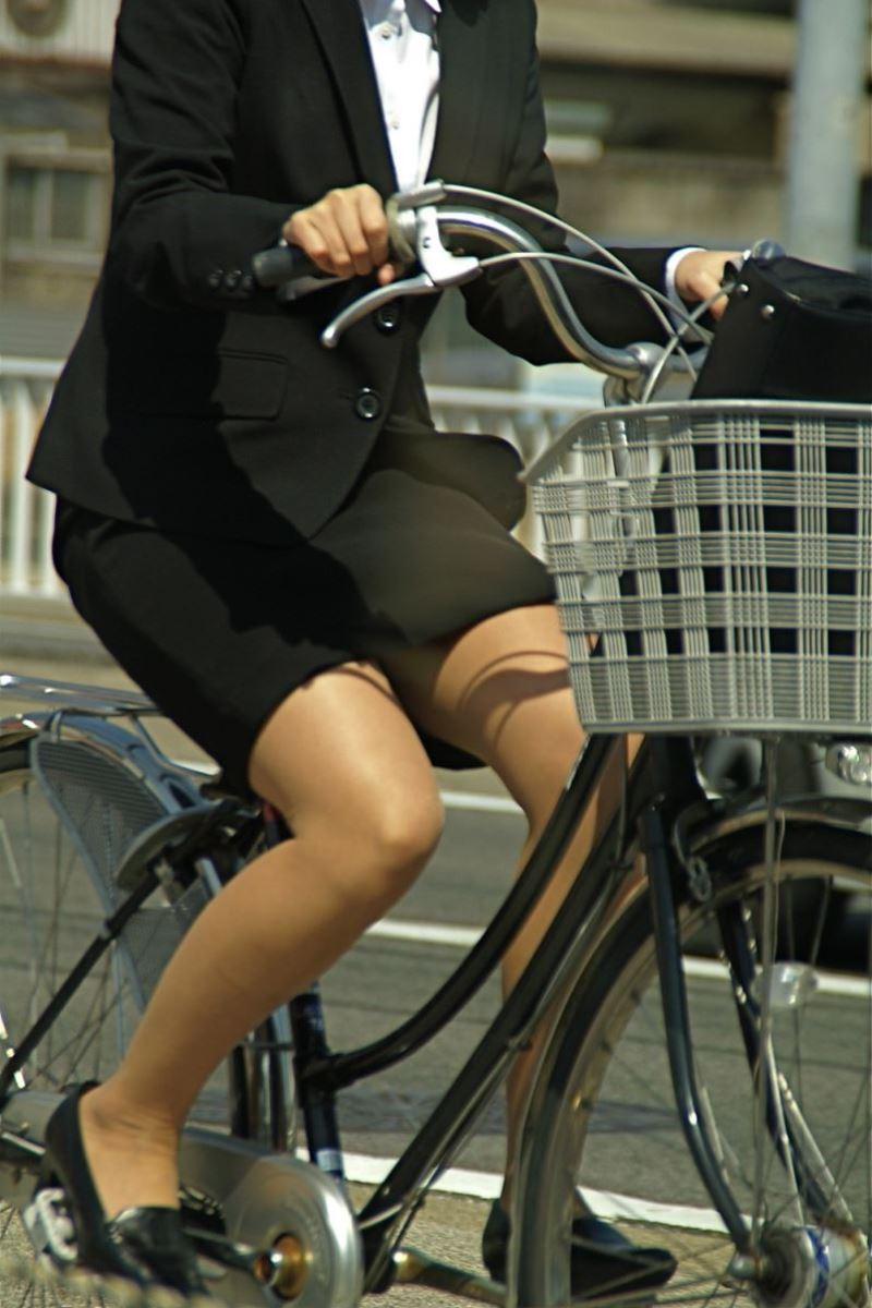 タイトスカートで自転車に乗るOL街撮りエロ画像 5