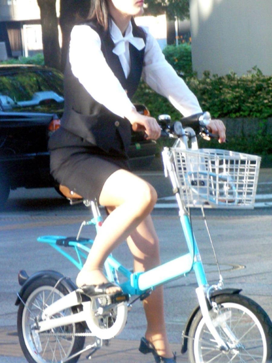 タイトスカートで自転車に乗るOL街撮りエロ画像 6