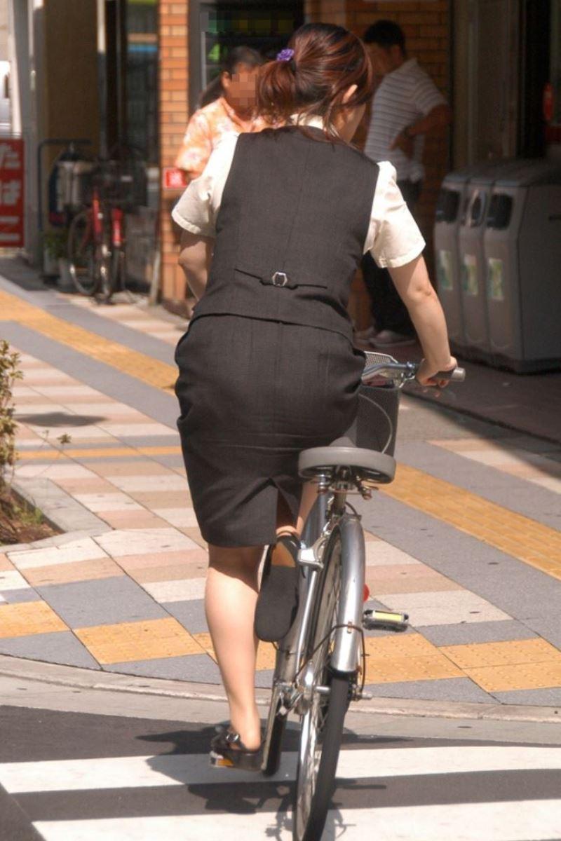 タイトスカートで自転車に乗るOL街撮りエロ画像 8