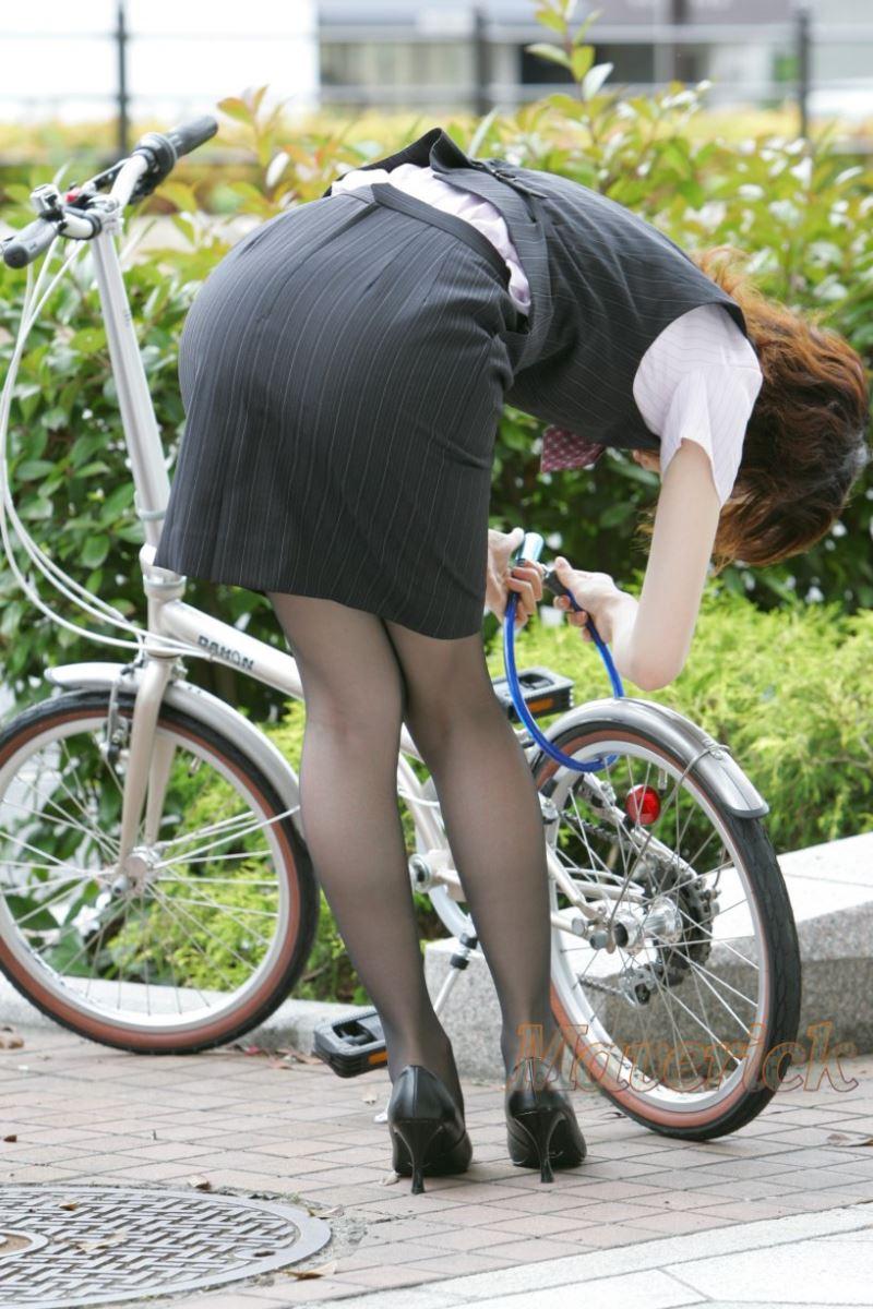 タイトスカートで自転車に乗るOL街撮りエロ画像 12