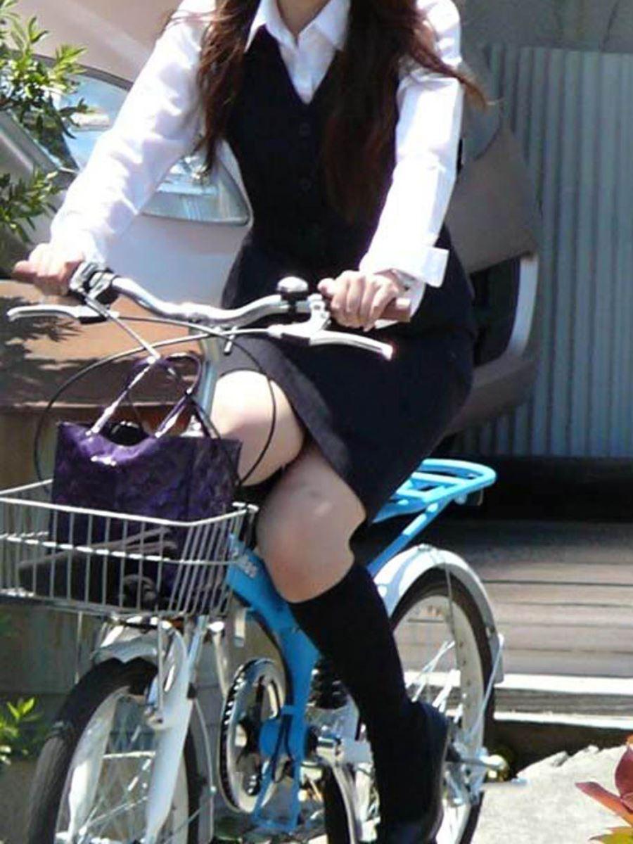 タイトスカートで自転車に乗るOL街撮りエロ画像