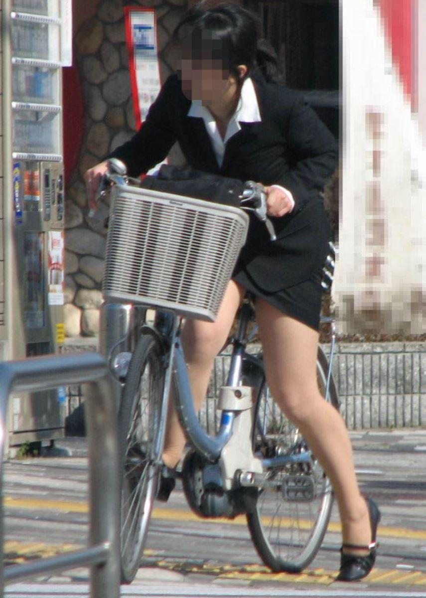 タイトスカートで自転車に乗るOL街撮りエロ画像 27