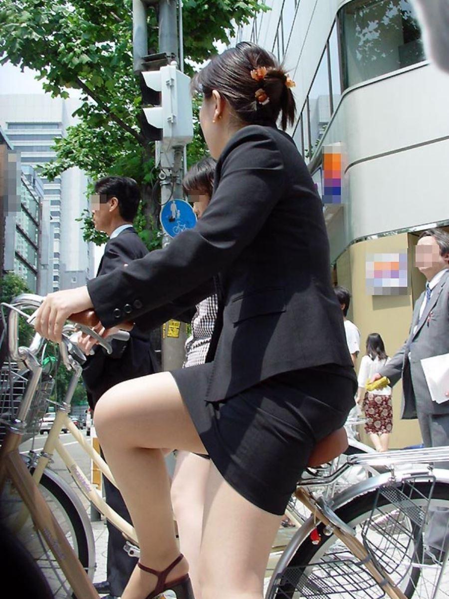 タイトスカートで自転車に乗るOL街撮りエロ画像 30