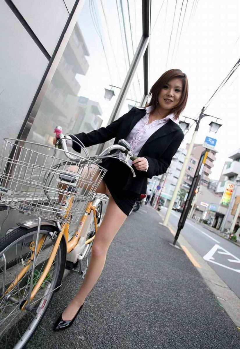 タイトスカートで自転車に乗るOL街撮りエロ画像 32