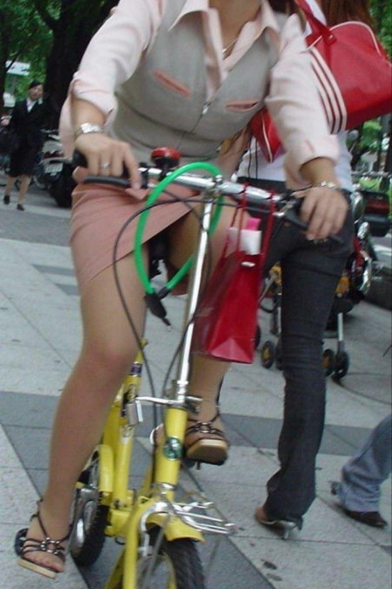 タイトスカートで自転車に乗るOL街撮りエロ画像 33