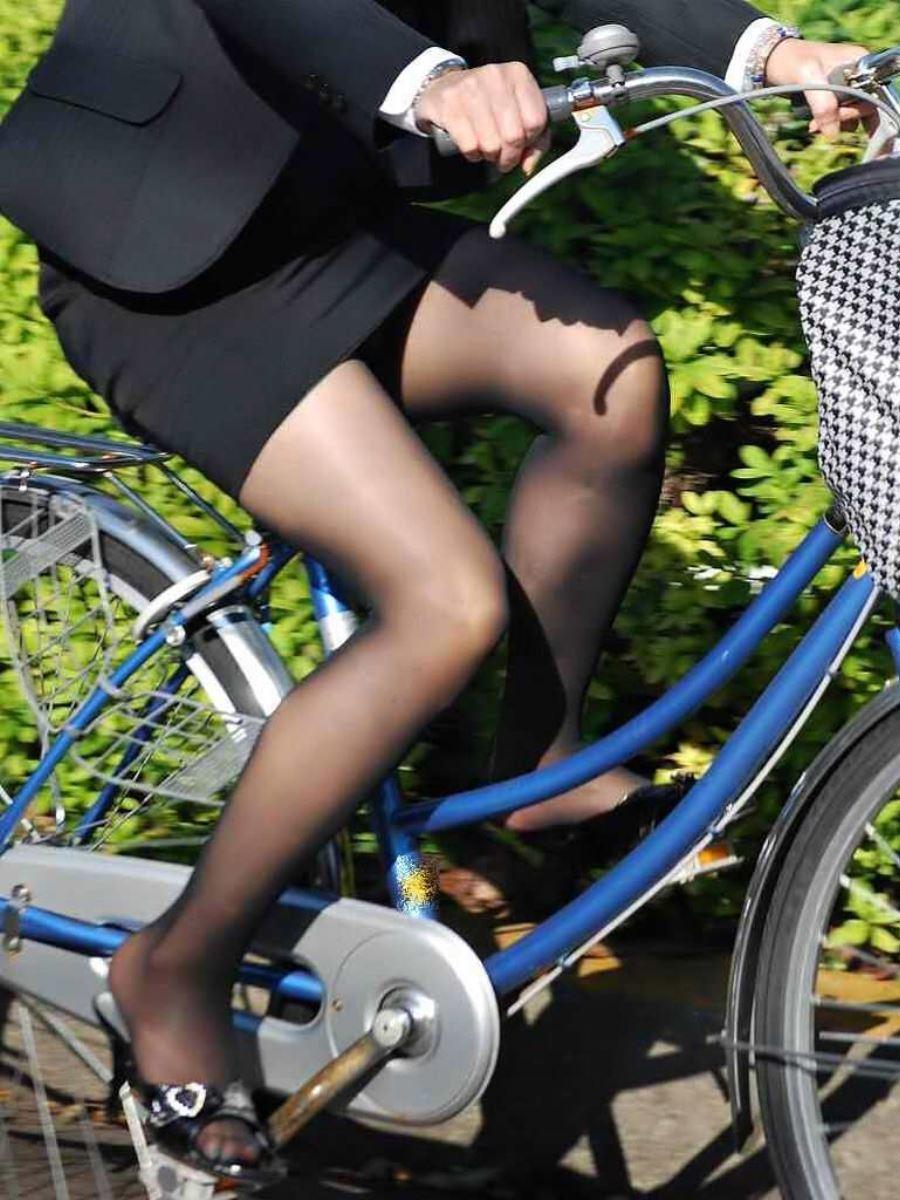 タイトスカートで自転車に乗るOL街撮りエロ画像 37