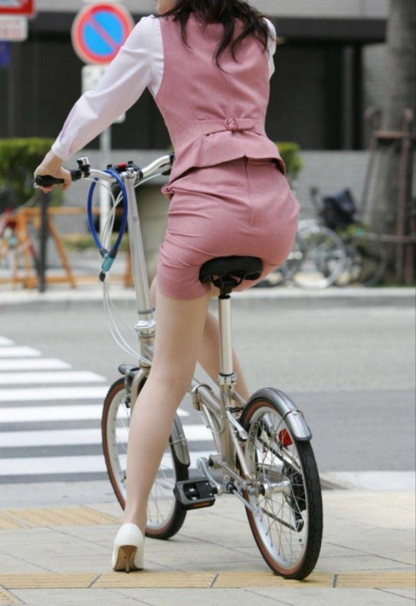 タイトスカートで自転車に乗るOL街撮りエロ画像 39