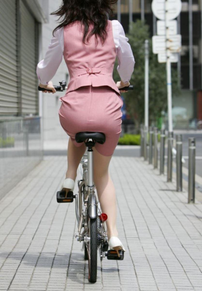 タイトスカートで自転車に乗るOL街撮りエロ画像 40