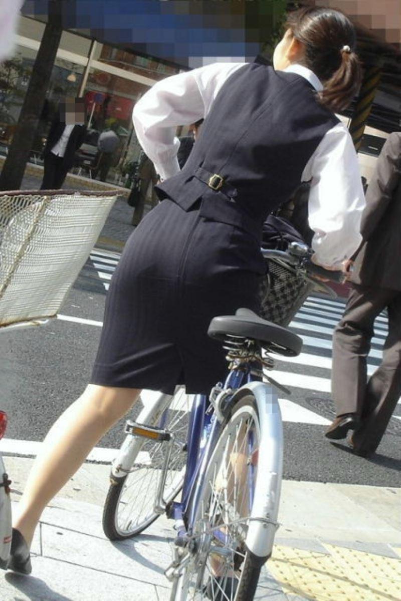 タイトスカートで自転車に乗るOL街撮りエロ画像 42