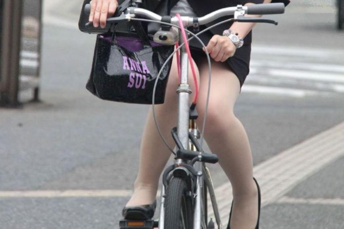 タイトスカートで自転車に乗るOL街撮りエロ画像 46