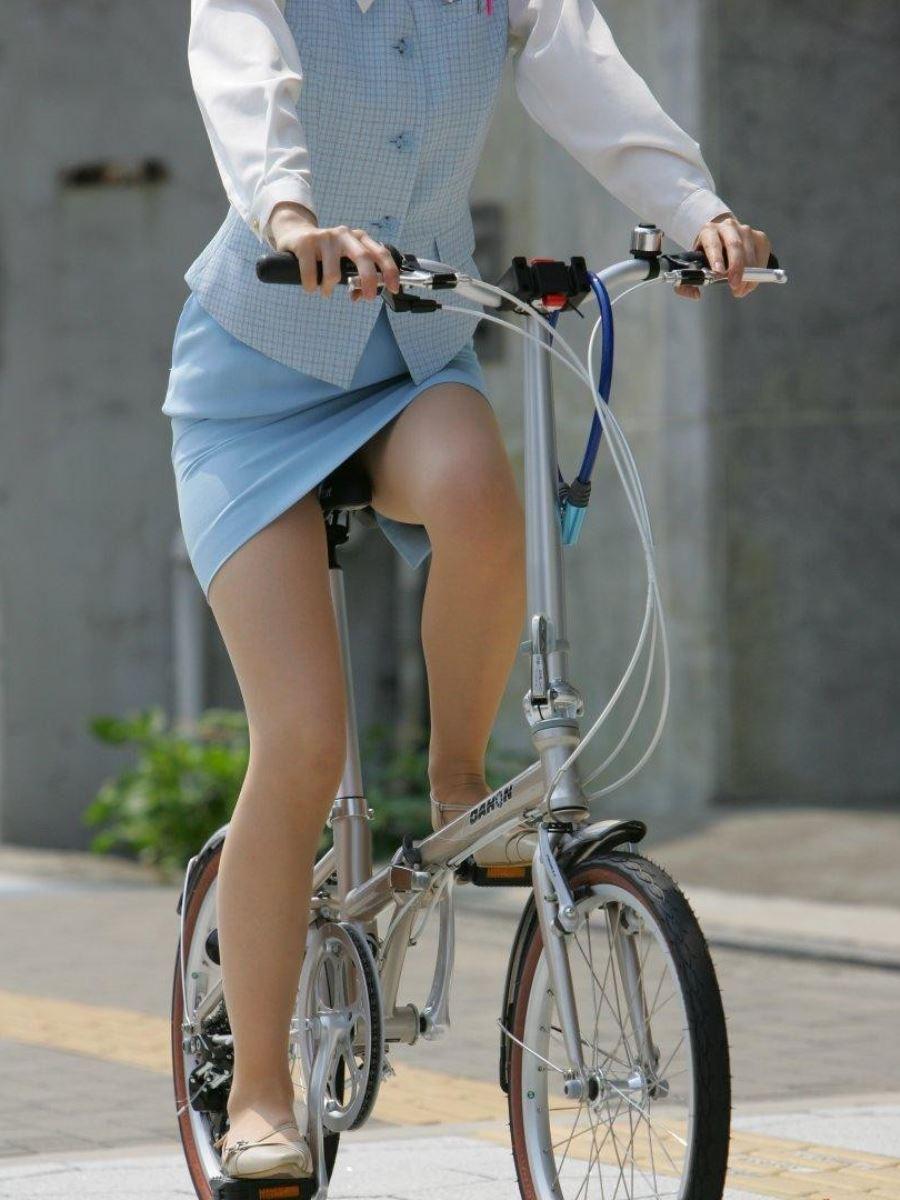 タイトスカートで自転車に乗るOL街撮りエロ画像 50