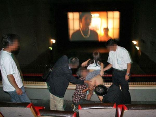 鬼畜男たちが映画館で女性客を集団レイプ!!(※画像あり)
