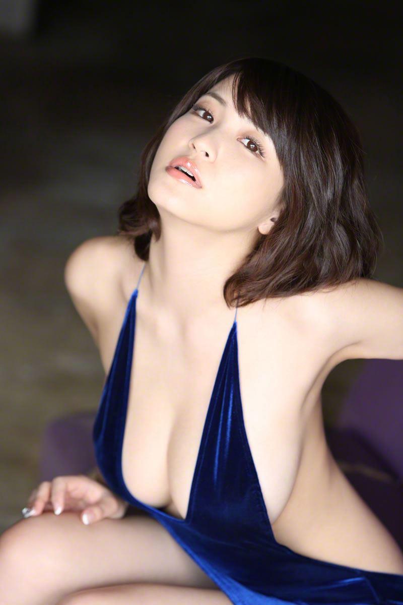 巨乳グラドル・岸明日香の垂れ乳が過激なエロ画像