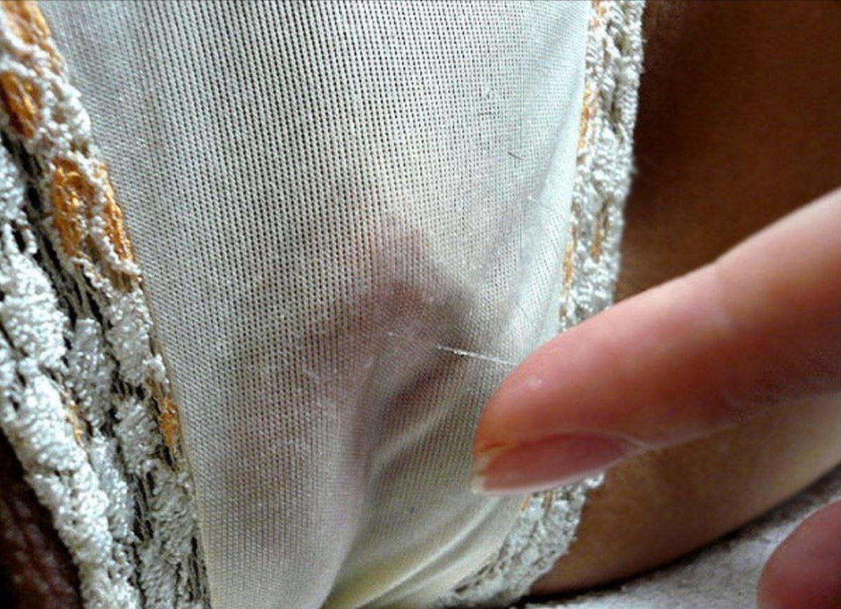 まんこ周辺にマン汁でシミつけてる染みパンツ画像 2