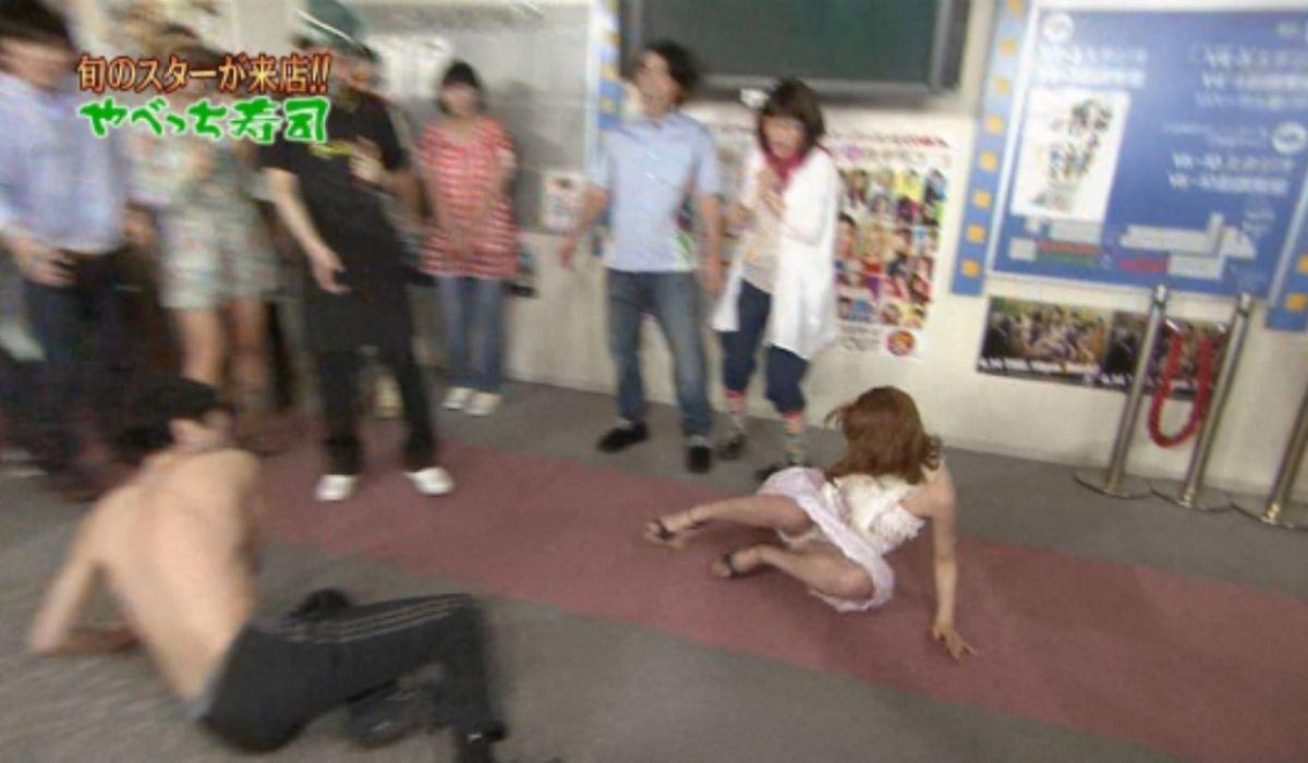 芸能人や素人が滑って転んだ転倒パンチラ画像 9