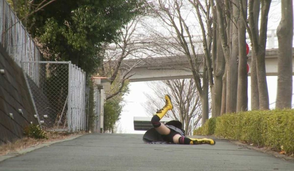 芸能人や素人が滑って転んだ転倒パンチラ画像 25