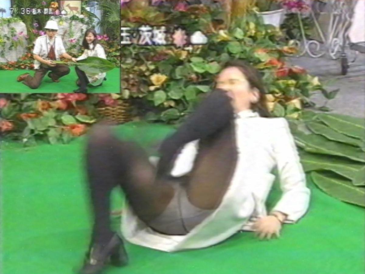 芸能人や素人が滑って転んだ転倒パンチラ画像 28