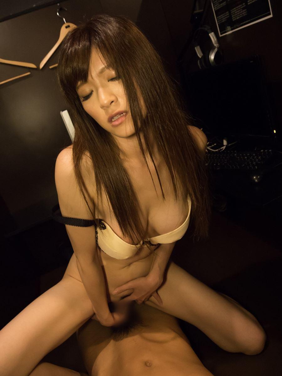 ネットカフェでハメ撮りを楽しむ素人セックス画像 86