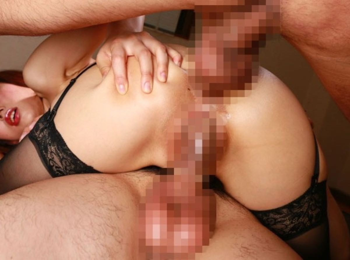 マンコとアナルに同時挿入する二穴セックス画像 33