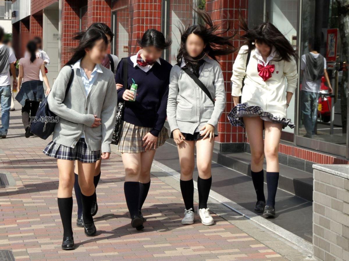 制服のスカートが風に舞う JKパンチラ画像 1