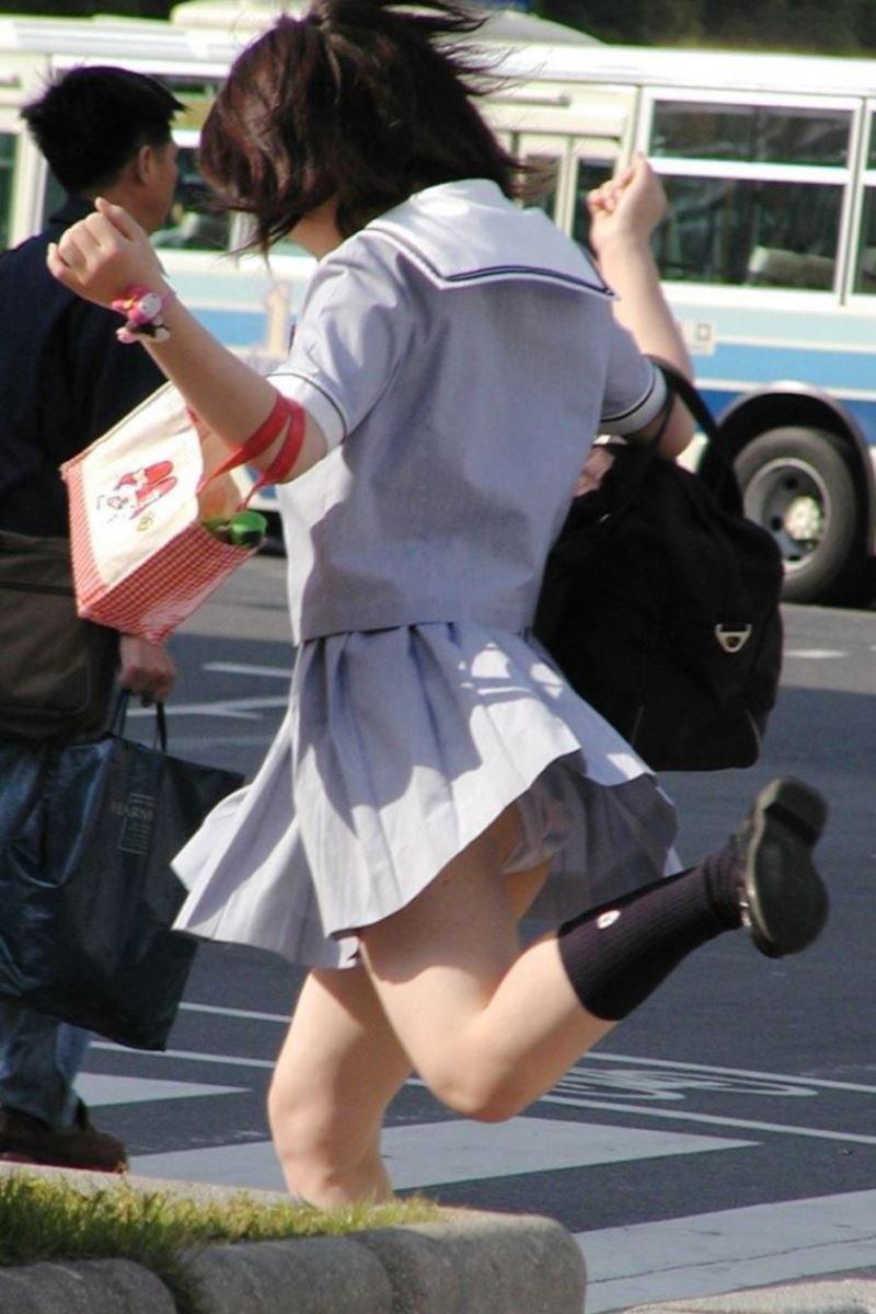 制服のスカートが風に舞う JKパンチラ画像 8