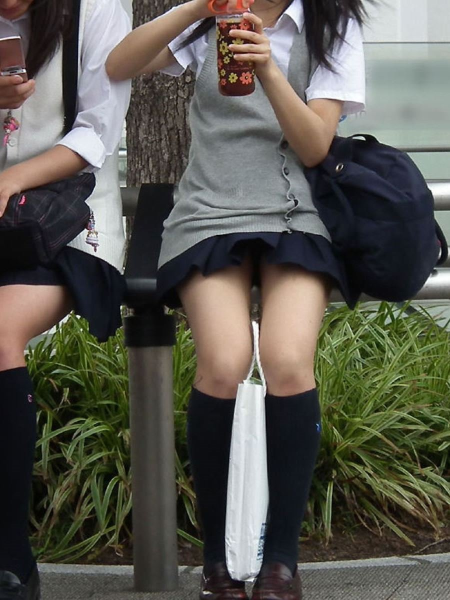 制服のスカートが風に舞う JKパンチラ画像 11