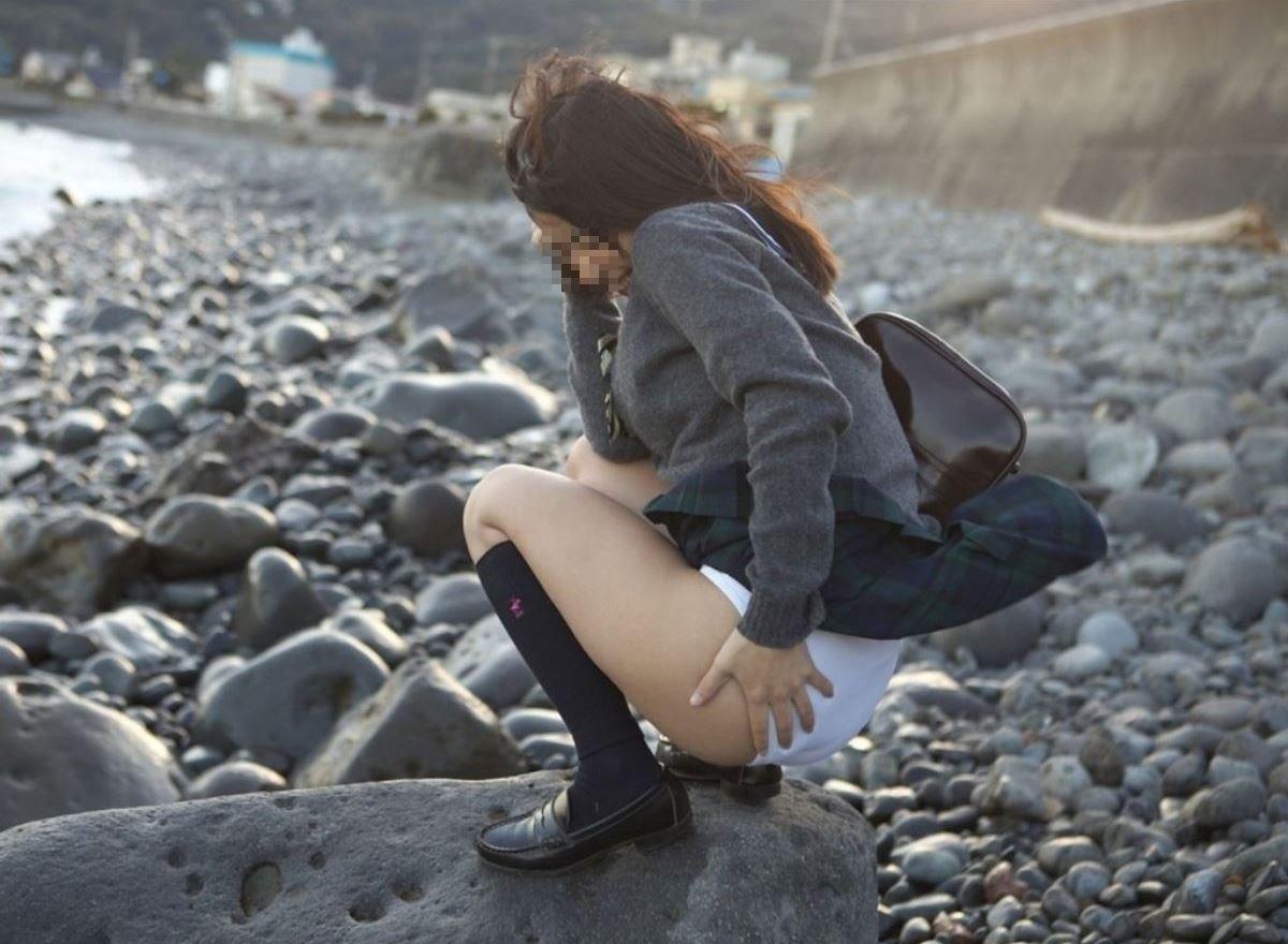 制服のスカートが風に舞う JKパンチラ画像 12