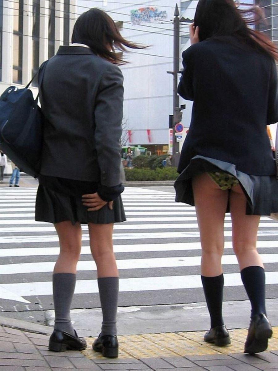 制服のスカートが風に舞う JKパンチラ画像 23