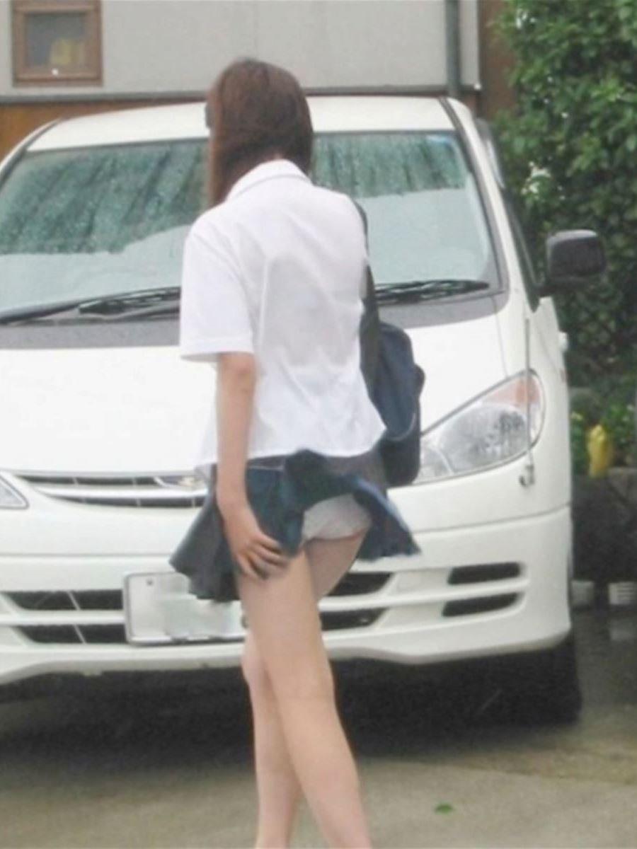 制服のスカートが風に舞う JKパンチラ画像 24