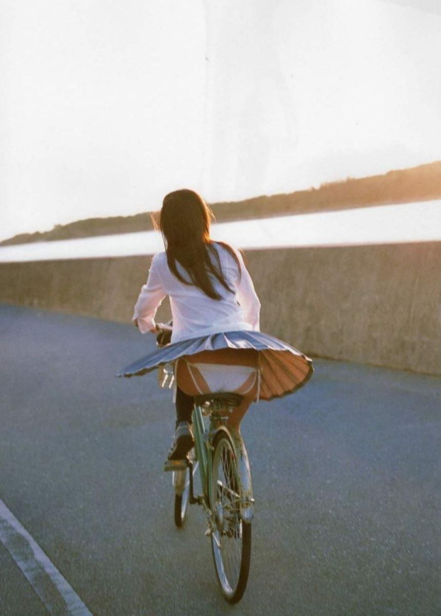制服のスカートが風に舞う JKパンチラ画像 25