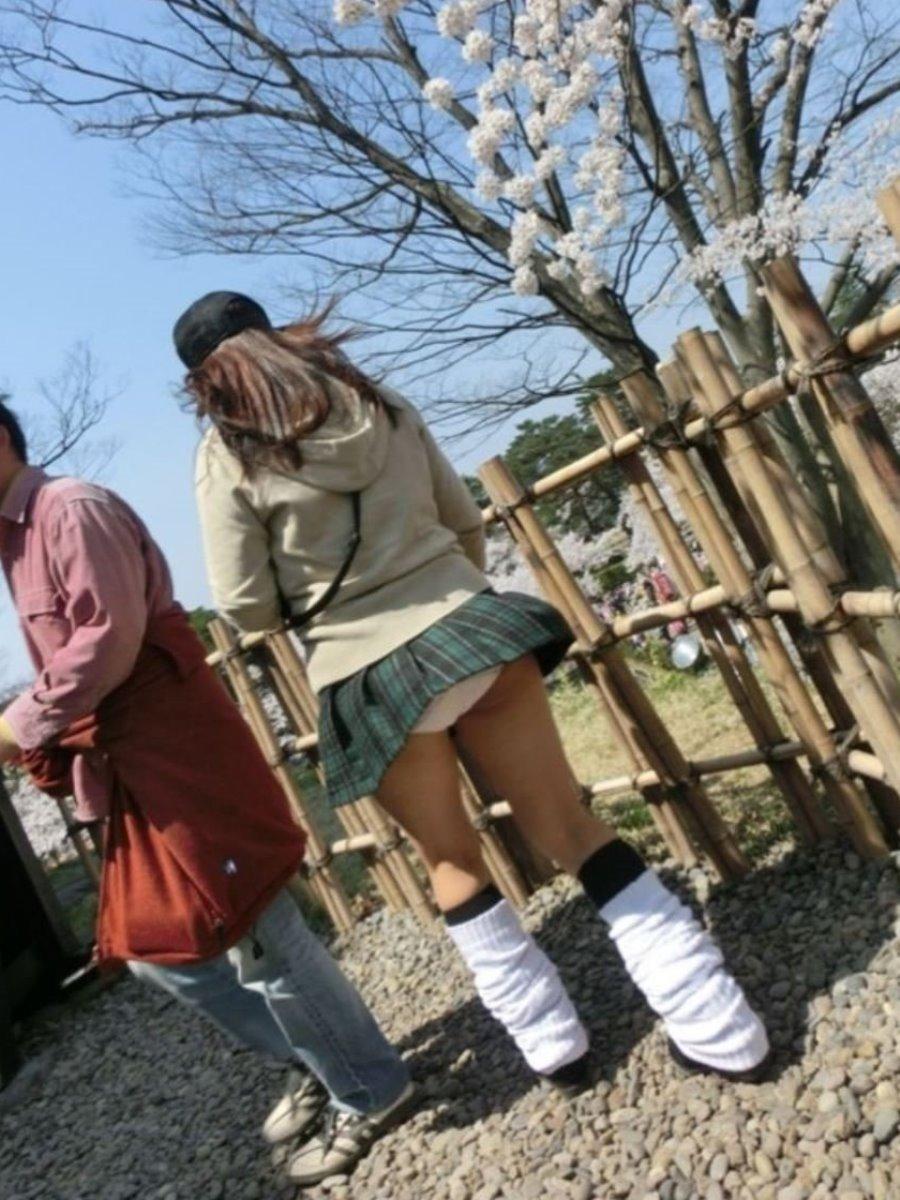 制服のスカートが風に舞う JKパンチラ画像 26
