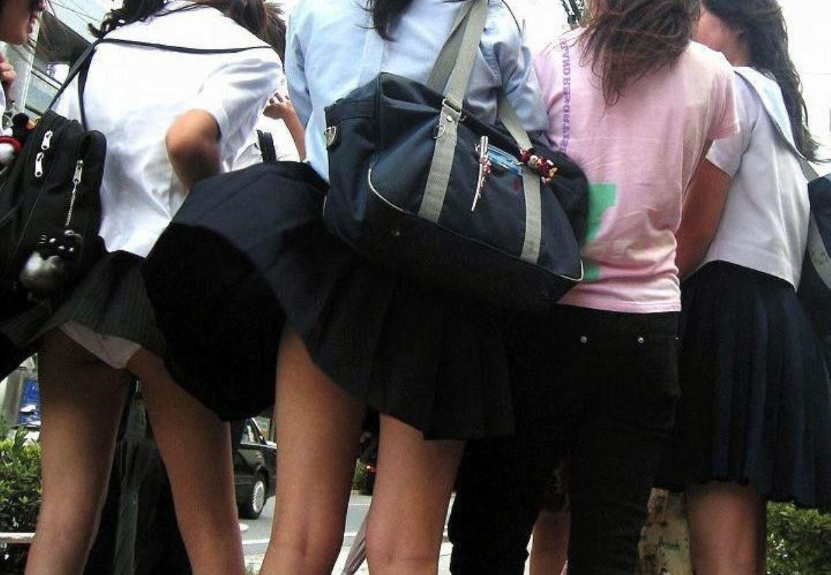 制服のスカートが風に舞う JKパンチラ画像 36