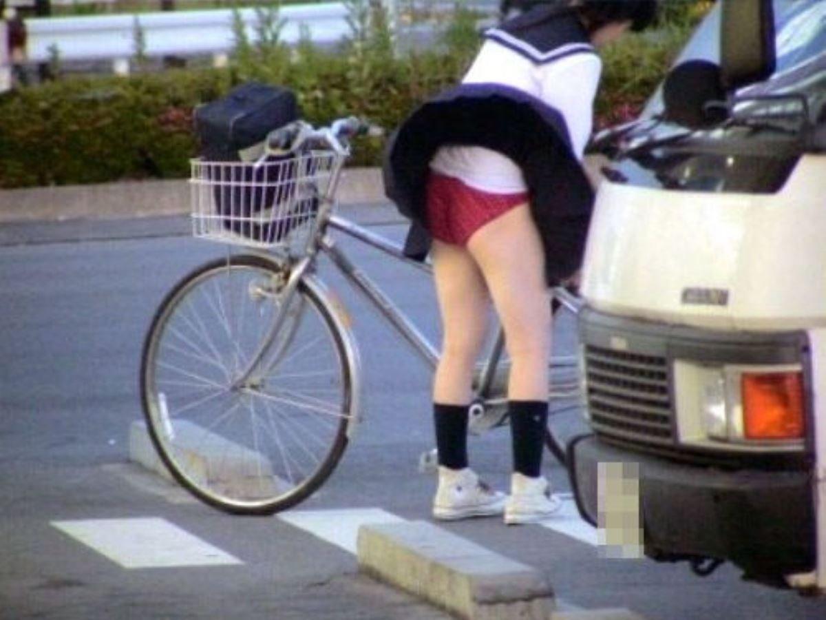 制服のスカートが風に舞う JKパンチラ画像 37