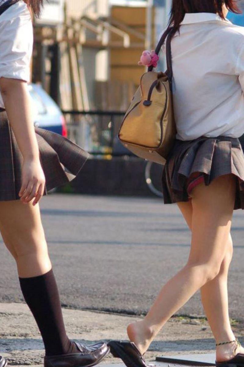 制服のスカートが風に舞う JKパンチラ画像 39